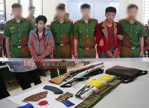 2 đối tượng thủ súng 'hộ tống' hơn 15.000 viên ma túy tổng hợp