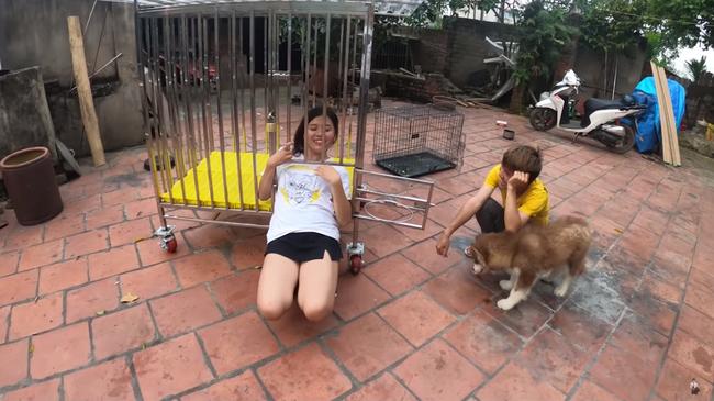 Con trai bà Tân Vlog hứng rổ gạch đá vì nhốt em gái vào chuồng chó