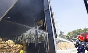 Cháy lớn ở quán bar đang thi công, hàng chục công nhân tháo chạy