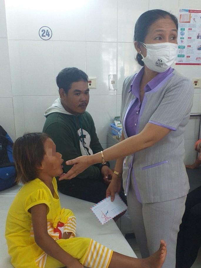 Chung tay cứu giúp hoàn cảnh đáng thương của bé gái bị cha đánh đập