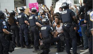 Thống đốc bang phản đối khi Tổng thống Trump đe dọa dùng quân đội trấn áp biểu tình