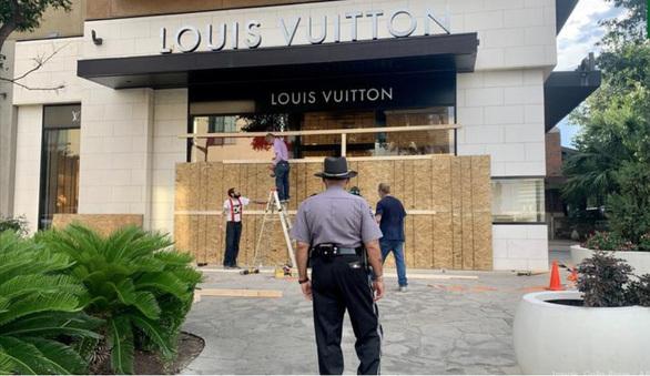 Cửa hàng Mỹ che kín như lô cốt vì sợ bị hôi của, phá hoại