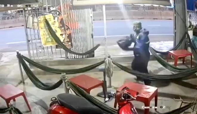 Truy tìm người đàn ông dùng búa tấn công chị em chủ quán cà phê