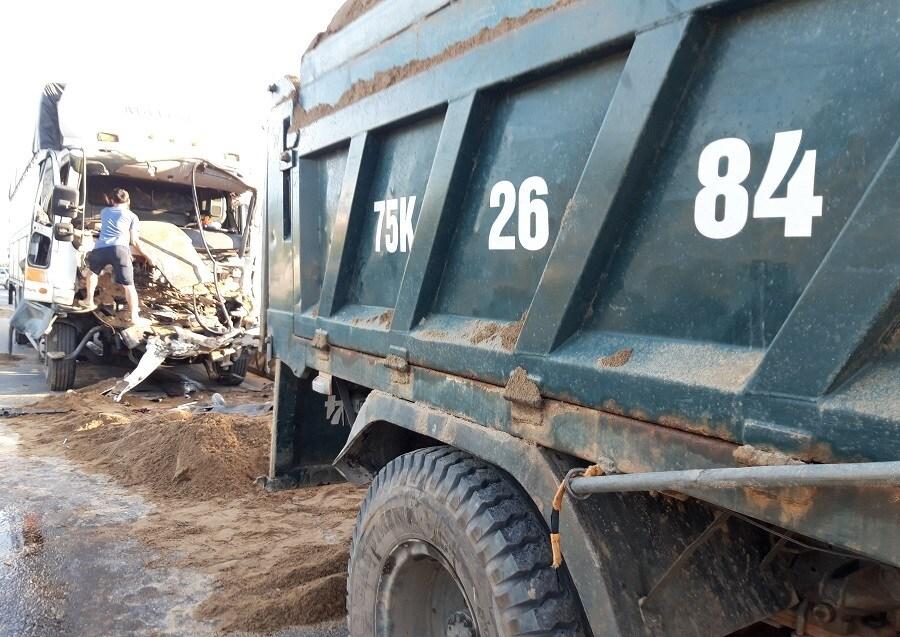 Xe tải đâm đuôi xe ben trên QL1, tài xế thoát chết hy hữu