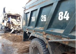 Tin tức tai nạn giao thông ngày 3/6: Xe tải đâm đuôi xe ben trên QL1
