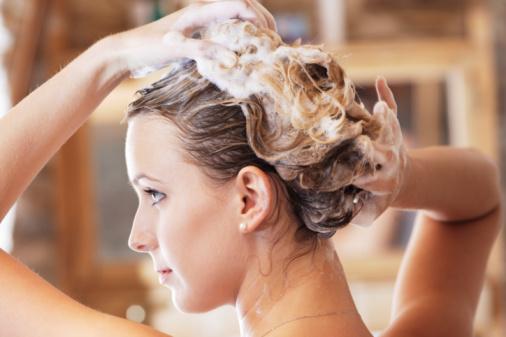 Bỏ ngay 5 thói quen xấu khiến rụng tóc, hói đầu