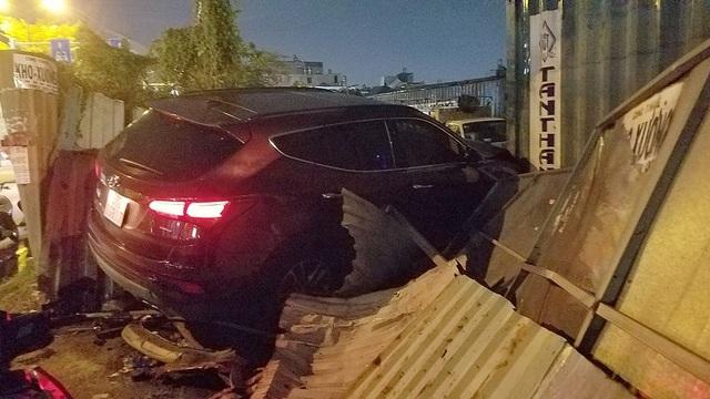 Ô tô tông hàng loạt xe máy chờ đèn đỏ, 5 người bị thương