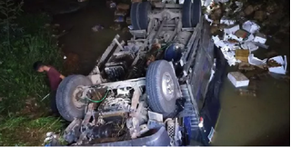 Xe tải chở trái cây lao xuống suối, 2 người tử vong tại chỗ