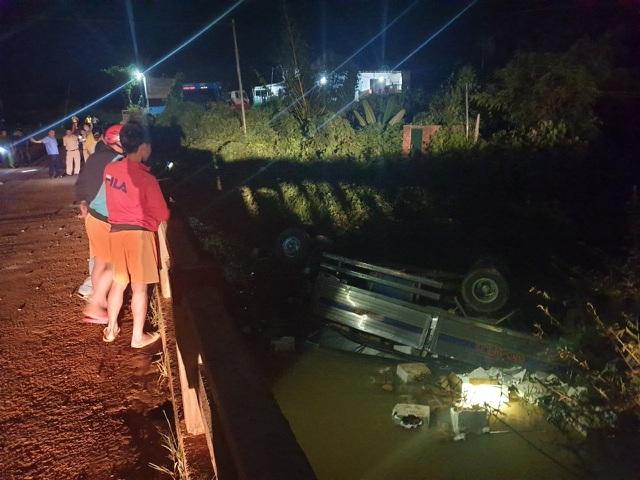 Xe tải mất lái lao xuống suối khi đi qua cầu, 2 người tử vong