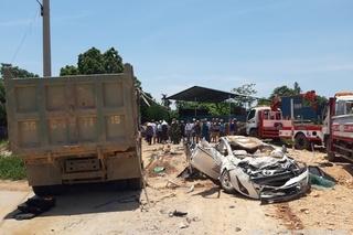 Xe Howo chở đất lật đè xe Vios bẹp dúm, 3 người tử vong