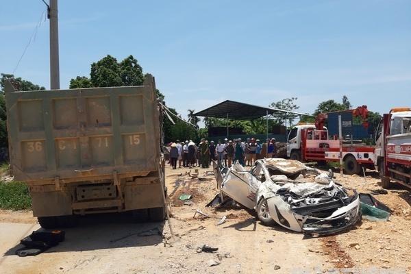 Xe 'hổ vồ' chở đất đè xe con bẹp dúm ở Thanh Hóa, 3 người tử vong