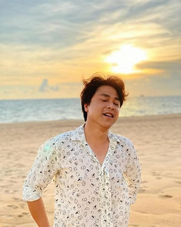 Bạn trai thiếu gia đăng ảnh 'thả dáng' trước biển, Hòa Minzy bỗng bị réo tên 'xài chồng quá hao'
