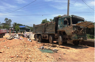 Kinh hoàng khoảnh khắc xe Howo tông xe Vios khiến 3 người tử vong