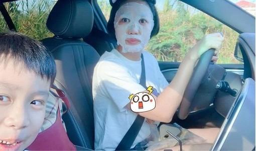 Phì cười hình ảnh Ốc Thanh Vân vừa chở con đi học, vừa đắp mặt nạ