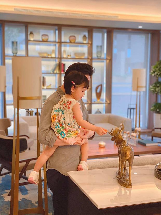Con gái Hoa hậu Đặng Thu Thảo gây sốt với khoảnh khắc mát-xa cho bố