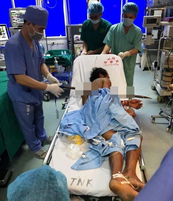 Ekip hơn 10 y bác sĩ cứu bệnh nhân bị xà beng đâm xuyên ngực