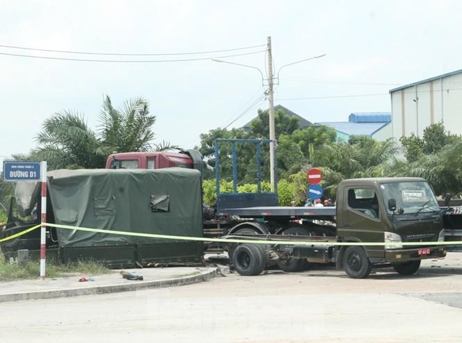 Xe container tông xe quân sự khiến 7 chiến sĩ thương vong 2