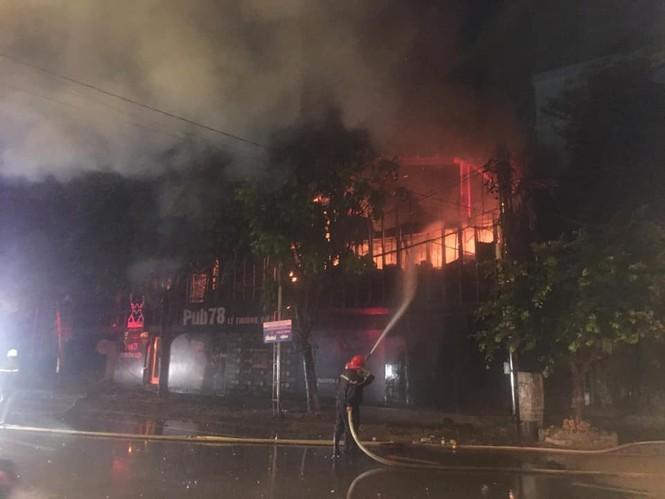 Cháy quán pub ở TP Vinh, huy động 50 chiến sỹ tham gia dập lửa