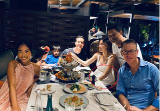Hồ Ngọc Hà lộ bụng bầu lớn trong bữa tiệc tại nhà Đoan Trang
