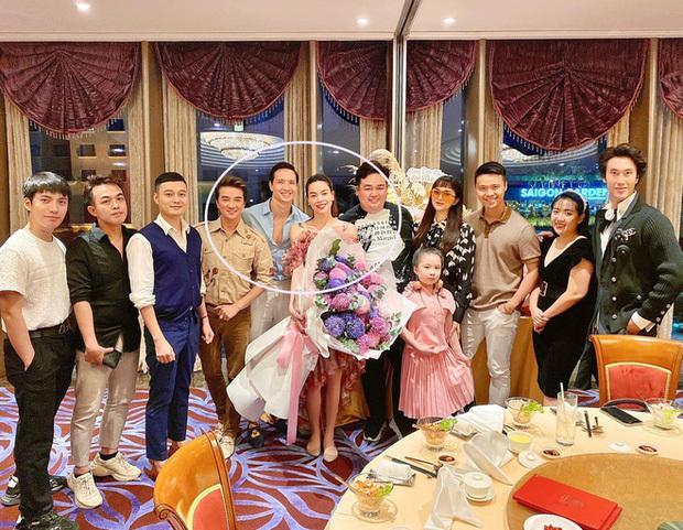 Trong bữa tiệc với bạn bè, Hồ Ngọc Hà lộ bụng bầu lớn bên Kim Lý