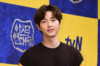 Song Joong Ki hẹn hò đi xem phim cùng người đặc biệt