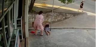CLIP: Bé gái bị điện giật bất tỉnh khi đang chơi trước sân nhà