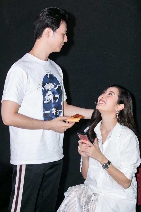 Giữa tin đồn mang thai, Á hậu Thúy Vân được chồng chăm sóc tận tình lúc đi quay