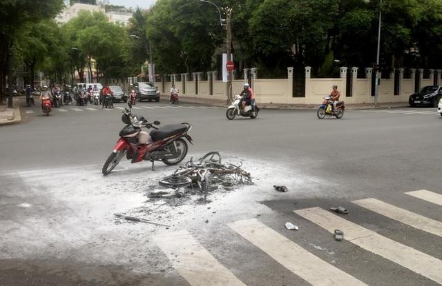 Xe máy của hai thanh niên nghi cướp giật bị cháy khi chạy trốn cảnh sát