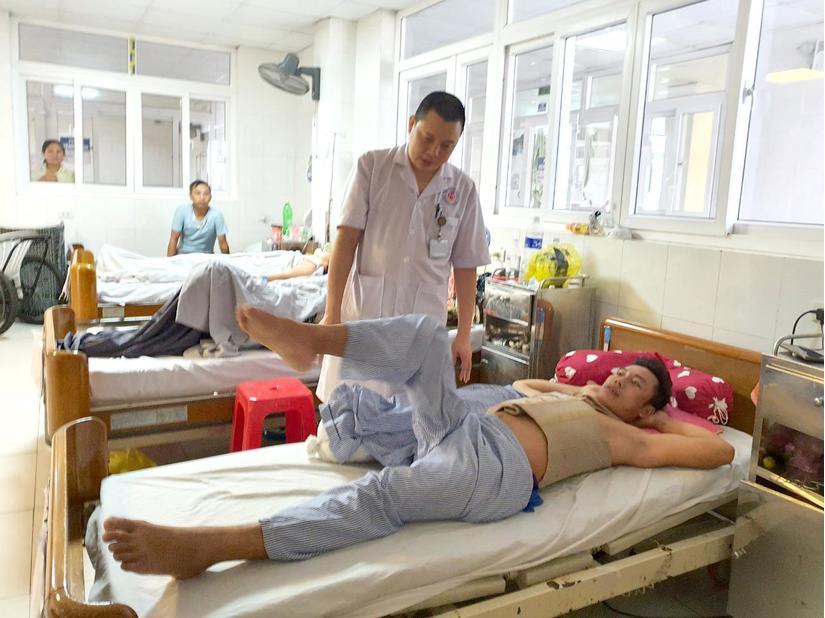 Nhờ sơ cứu đúng cách, bệnh nhân bị liệt tủy sống 10 ngày sau đã đi lại được 2