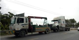 Tin tức tai nạn giao thông ngày 10/6: Xe đầu kéo nổ lốp va vào thành cầu trên QL1