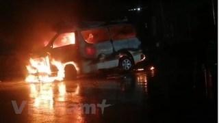 Xe cấp cứu bốc cháy dữ dội, 7 người trên xe bị thương nặng