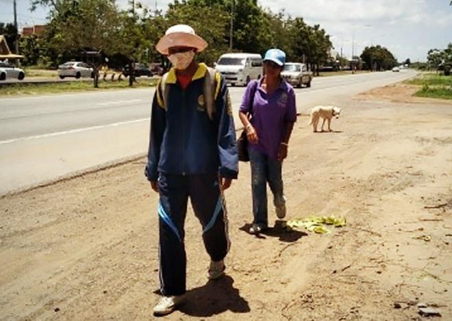 Thất nghiệp không có tiền đi lại, cặp vợ chồng đi bộ 300km về nhà thăm mẹ ốm