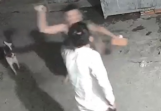 Truy bắt thanh niên nghi đánh chết người yêu đồng tình của mẹ