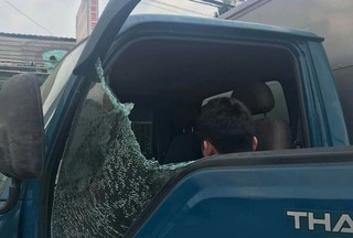 Nhóm côn đồ đi xe Camry ném đá, tấn công tài xế xe tải nhập viện