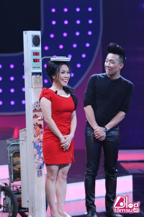 Việt Hương đứng lên bục cao 30cm để đọ dáng cùng dàn chân dài