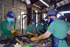 Đang phân loại rác, hoảng hồn phát hiện thi thể thai nhi
