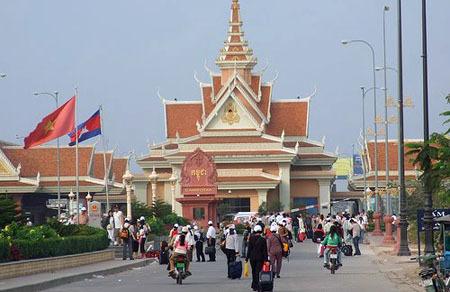 Campuchia bắt buộc người nước ngoài trả tiền điều trị Covid-19