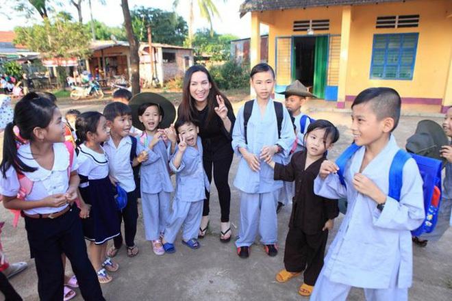 Phi Nhung gây xúc động khi đón nhận thêm 1 bé bị bỏ rơi, nâng tổng số con nuôi lên 21 anh chị em