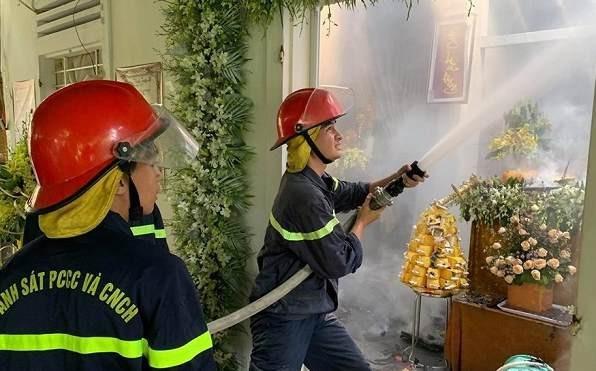 Đang tổ chức đám tang cho người thân, ngôi nhà bỗng bốc cháy dữ dội
