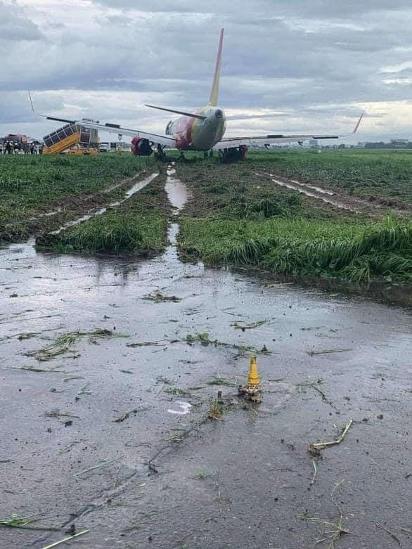 Máy bay lao khỏi đường băng Tân Sơn Nhất trong cơn mưa lớn