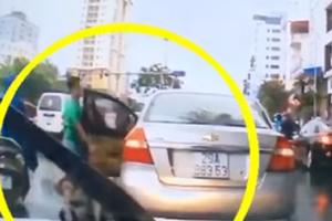 Clip: Thanh niên dừng xế hộp 'thó' chùm vải rơi giữa đường khiến dân mạng ngao ngán