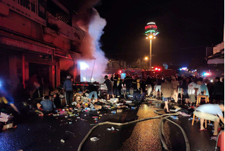 Cửa hàng sơn bốc cháy dữ dội trong đêm, toàn bộ bị thiêu rụi