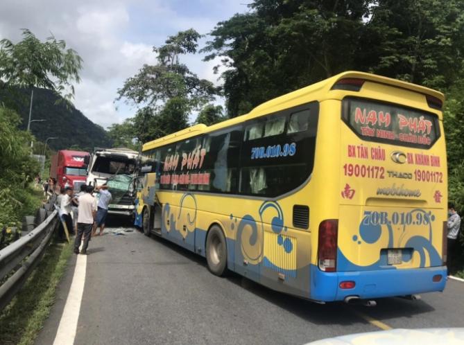 Tai nạn liên hoàn giữa 2 xe khách và 1 xe tải, đèo Bảo Lộc ách tắc
