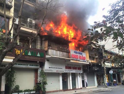 Chồng ra ngoài, vợ cùng ông hàng xóm suýt chết cháy trong căn nhà khóa trái