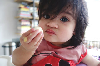Cháu gái 3 tuổi ngộ độc nặng vì bà ngoại luộc trứng với trà