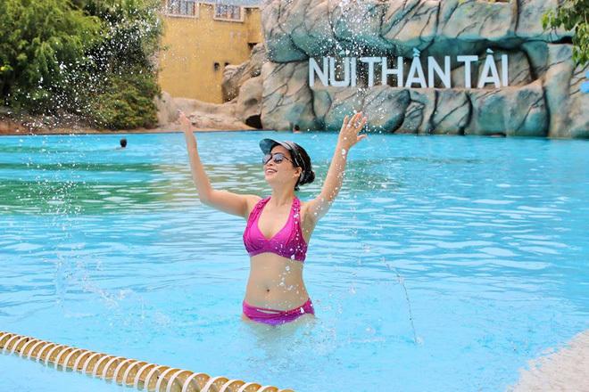 Bạn gái kém 17 tuổi của NSND Chí Trung khoe ảnh bikini cực nóng bỏng