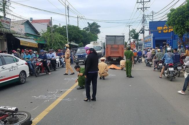 Người phụ nữ ngã xe máy ra đường đúng lúc ô tô tải lao tới