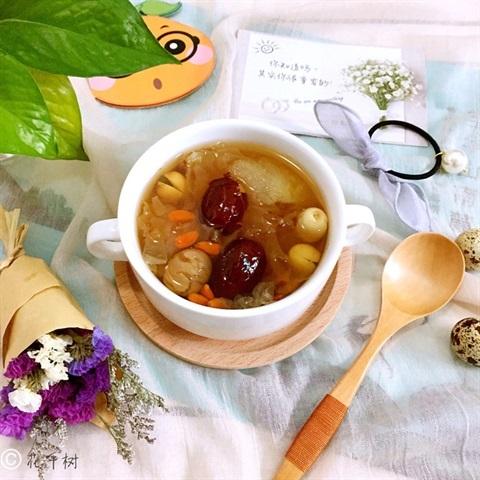 Công thức nấu món chè nấm tuyết hạt sen táo đỏ thanh mát, giải nhiệt ngày nắng nóng