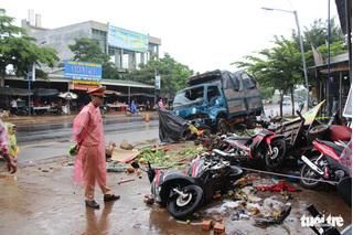 Vụ xe tải lao vào chợ khiến 5 người tử vong: Xe gây tai nạn chở quá tải 75%