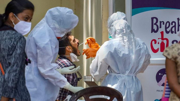 Hơn 40 người phải cách ly sau khi 'thánh hôn tay chữa bệnh' chết vì Covid-19